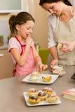 muffin som dekorerar liten stänksmak för flicka arkivfoto