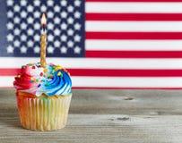 Muffin som dekoreras i fjärdedel av Juli ferie, färgar Royaltyfri Fotografi