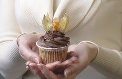 Muffin som dekoreras med physalisen Royaltyfri Foto