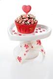 Muffin som dekoreras med rosa hjärtor Arkivbild