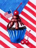 Muffin som f?rgas i amerikanska flagganf?rger decarated med bl?b?ret, stj?rnor och den utdragna illustrationen f?r flaggahand med royaltyfria bilder