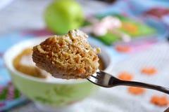 Muffin som göras i mikrovågen Arkivbilder