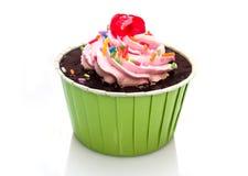 Muffin som isoleras på vit bakgrund Royaltyfria Foton