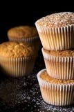 Muffin spruzzati con lo zucchero di polvere immagini stock libere da diritti