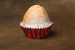 Muffin står på en träbakgrund Royaltyfria Bilder