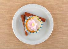 Muffin su un piatto bianco Fotografie Stock