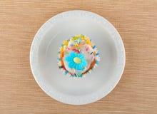 Muffin su un piatto bianco Fotografia Stock Libera da Diritti