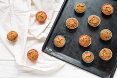 Muffin su un vassoio di cottura Fotografie Stock Libere da Diritti