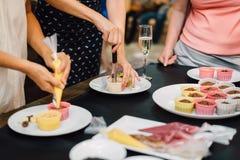 Muffin su una gente della borsa della pasticceria del piatto Immagine Stock Libera da Diritti