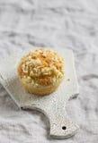 Muffin su una superficie leggera Immagine Stock Libera da Diritti
