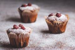 Muffin su una tavola di legno coperta di zucchero Immagine Stock