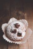 Muffin su una tavola di legno coperta di zucchero Fotografia Stock Libera da Diritti