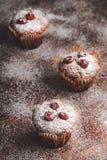 Muffin su una tavola di legno coperta di zucchero Fotografie Stock