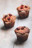 Muffin su una tavola di legno coperta di zucchero Immagini Stock Libere da Diritti