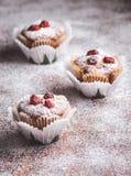 Muffin su una tavola di legno coperta di zucchero Fotografia Stock