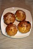 Muffin sul piatto con il fuoco selettivo sul muffin più vicino Fotografia Stock Libera da Diritti