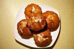 Muffin sul piatto con il fuoco selettivo sul muffin più vicino Fotografie Stock