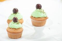 Muffin tre med Cherryet Royaltyfri Fotografi