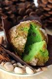 Muffin und Pistazie lizenzfreie stockbilder