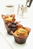 Muffinauswahl mit Kaffee Stockbild
