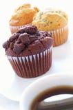 Muffinauswahl mit Kaffee Lizenzfreie Stockfotos