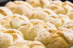 Muffinbacken mit Zucker lizenzfreie stockfotos