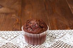 Muffinchocolade op donkere houten lijst Stock Foto