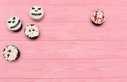 muffiner halloween Blodig muffin för mamma och stålar-huvud Hallowee arkivfoton