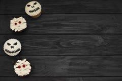 muffiner halloween Mamma- och stålar-huvud muffin Allhelgonaaftonfest arkivbild