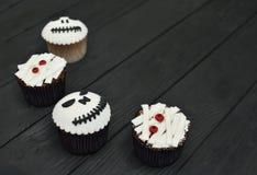muffiner halloween Mamma- och stålar-huvud muffin Allhelgonaaftonfest royaltyfria bilder