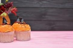 muffiner halloween Muffin för hatt för häxa` s Allhelgonaaftonfester uppvaktar på royaltyfri foto