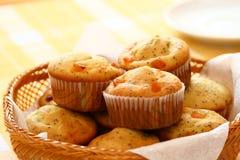 Muffiner i en korg Arkivbild