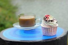 Muffiner med hoat kaffe Arkivbild