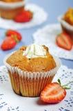 Muffiner med jordgubbar royaltyfri fotografi