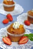 Muffiner med jordgubbar royaltyfria bilder