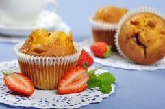 Muffiner med jordgubbar arkivbilder