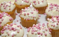 Muffiner med rosa och vita möss Fotografering för Bildbyråer