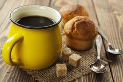 Muffiner och kaffe Royaltyfri Foto
