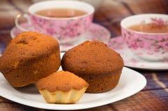 Muffiner och tea Arkivbild