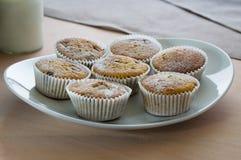 Muffiner på en platta Fotografering för Bildbyråer