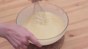 Muffiningrediënten die Muffinmengsel het voorbereidingen treffen mengen stock video