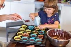 Muffins ψησίματος πατέρων και κορών στοκ εικόνες