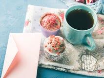 Muffins έννοιας βαλεντίνων ημέρας μητέρων ` s φάκελος τσαγιού φλυτζανιών Στοκ φωτογραφία με δικαίωμα ελεύθερης χρήσης