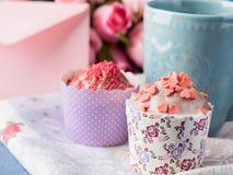 Muffins έννοιας βαλεντίνων ημέρας μητέρων ` s φάκελος τσαγιού φλυτζανιών Στοκ εικόνα με δικαίωμα ελεύθερης χρήσης