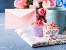 Muffins έννοιας βαλεντίνων ημέρας μητέρων ` s φάκελος τσαγιού φλυτζανιών Στοκ Εικόνες
