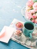 Muffins έννοιας βαλεντίνων ημέρας μητέρων ` s φάκελος τσαγιού φλυτζανιών Στοκ εικόνες με δικαίωμα ελεύθερης χρήσης