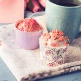 Muffins έννοιας βαλεντίνων ημέρας μητέρων ` s φάκελος τσαγιού φλυτζανιών Στοκ Εικόνα