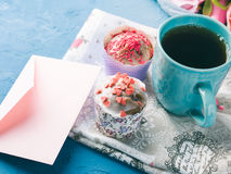 Muffins έννοιας βαλεντίνων ημέρας μητέρων ` s φάκελος τσαγιού φλυτζανιών Στοκ Φωτογραφίες