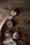 Muffins βακκινίων με την καφετιά πετσέτα καμβά Στοκ φωτογραφίες με δικαίωμα ελεύθερης χρήσης