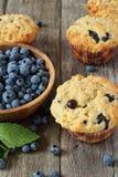 Muffins βακκινίων στον ξύλινο πίνακα στοκ εικόνα με δικαίωμα ελεύθερης χρήσης